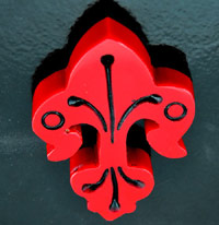 2.5x1.9in(65x47mm) Retro Bakelite Red Fleur-di-lis, ea